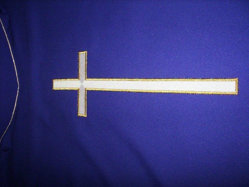 zadny kríž na fialovom ornáte